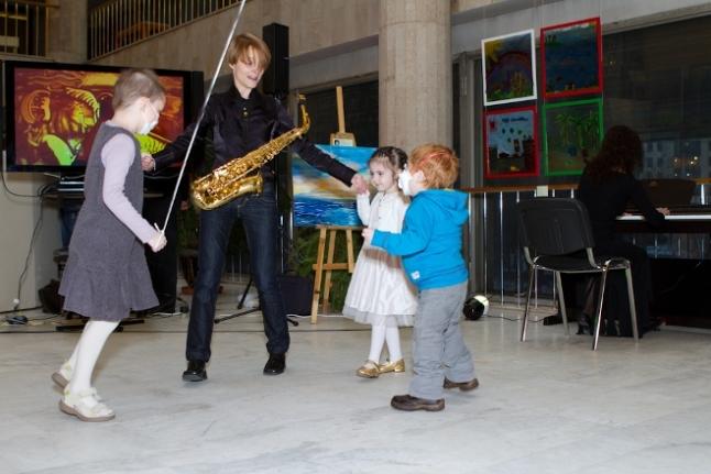 Выступление музыкантов и танцы