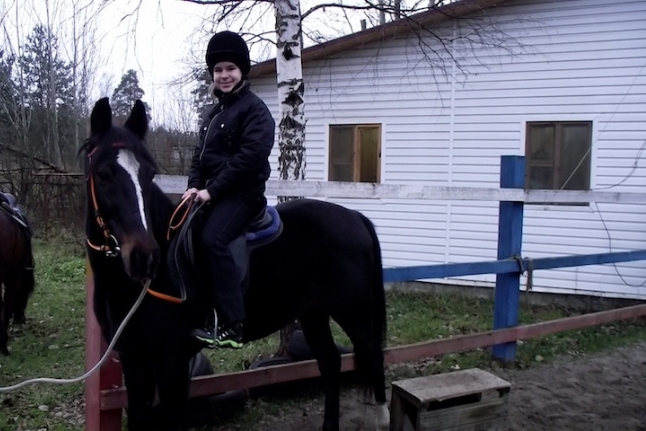 Даня Попов верхом на лошади.