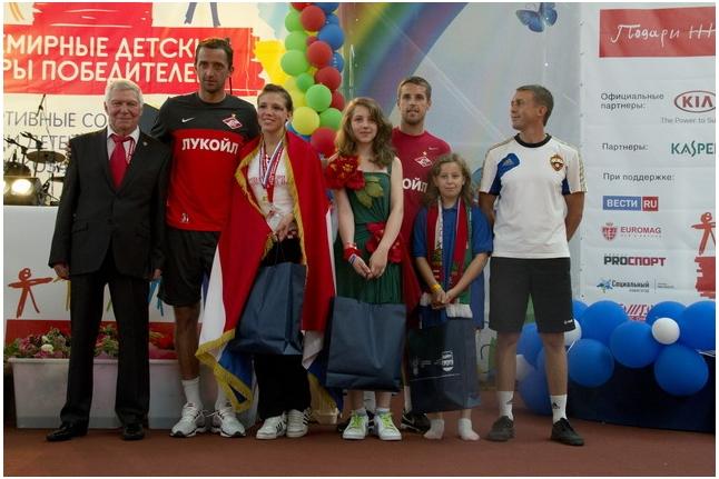 Ассоциация по мини-футболу и спартаковцы вручают призы футболисткам