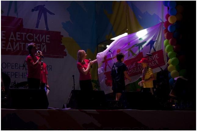 Дина Корзун с участниками Игр-2013 опускают флаг «Игр победителей»