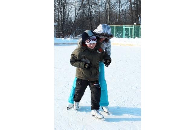 Вова Медвидь учится кататься на коньках