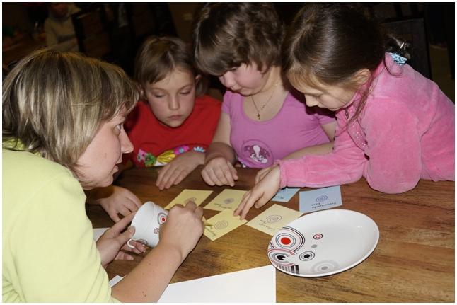 Девочки сверяют отпечатки пальцев