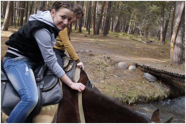 Маша Вайтишкина и Яна Пономарева на верховой прогулке по лесу
