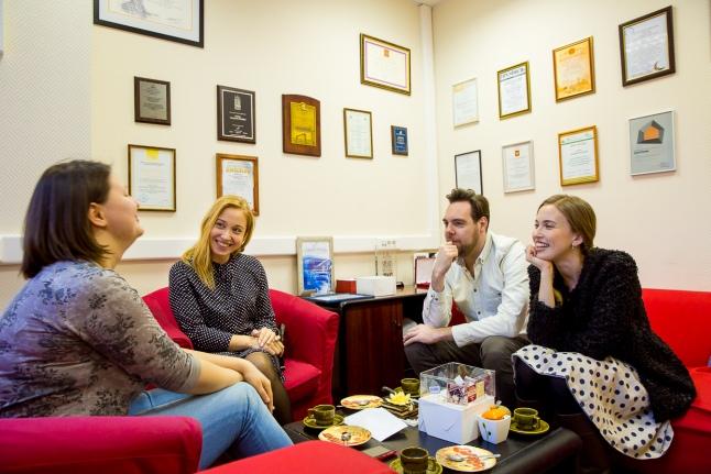 """Счастливые молодожены и организатор свадеб в офисе """"Подари жизнь"""""""