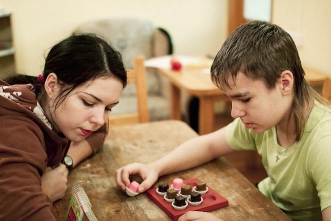 Осенняя смена - 2012. Даня и Катя разбираются с головоломкой.