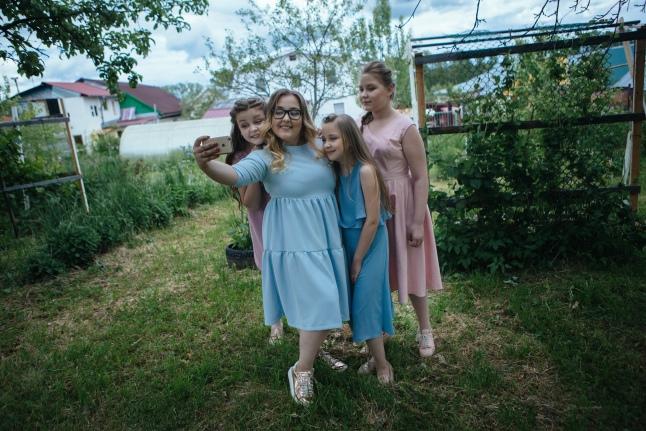 Сестры Сорокины рядом с родным домом