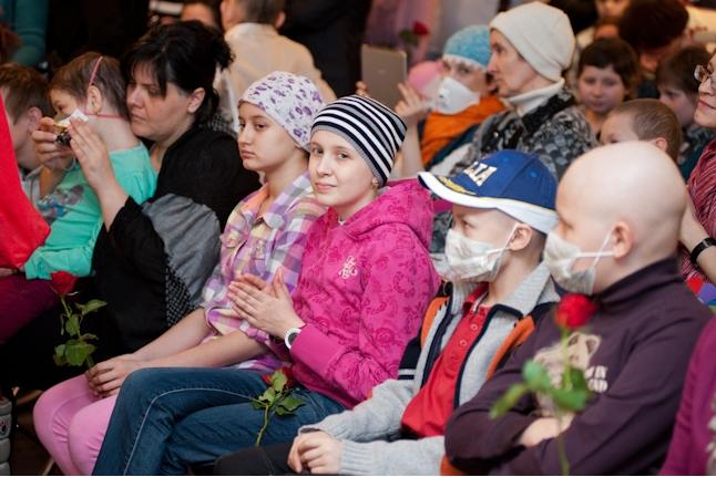 На открытие выставки приехали дети из семи клиник