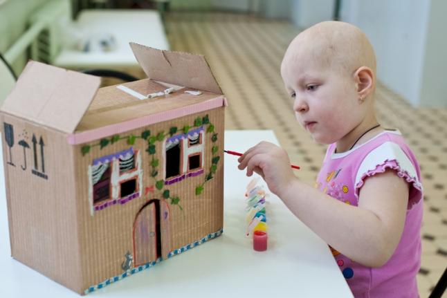 Аня Башмачникова делает домик для выставки