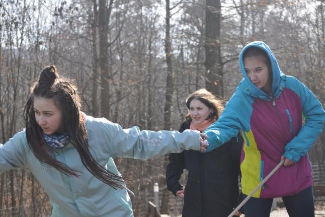 Лера, Катя и Арина балансируют на канате