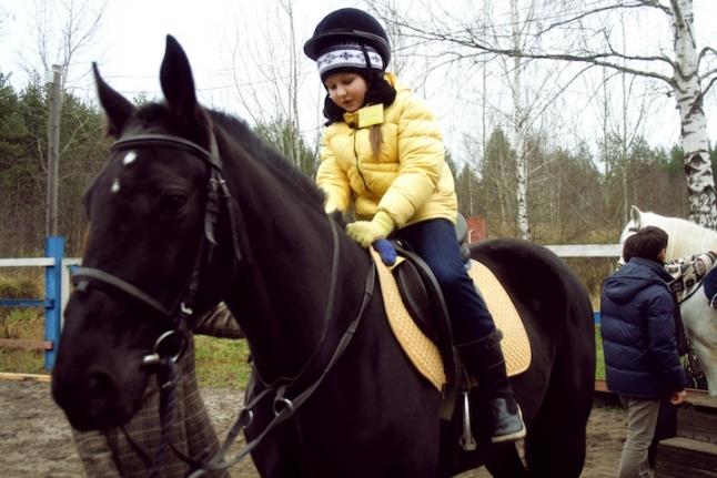 Полина Денисюк верхом на лошади