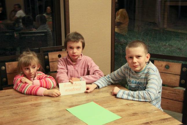 Соня Бухало, Соня Папушина и Максим Пьянзин во время интеллектуального казино