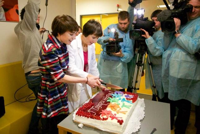 Чулпан Хаматова и Галина Новичкова режут торт