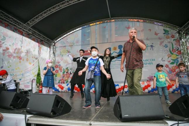 Для детей выступает Сосо Павлиашвили