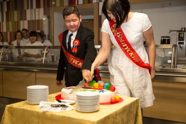 Разрезаем праздничный торт