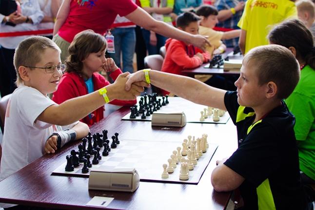Алёша Коновалов (слева) на шахматном турнире Игр