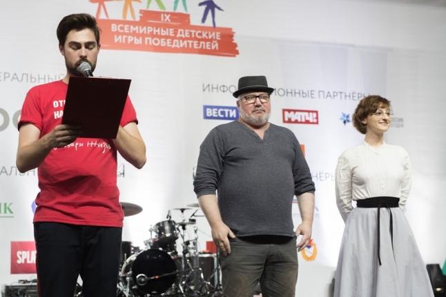 Авторы гимна Игр победителей на сцене