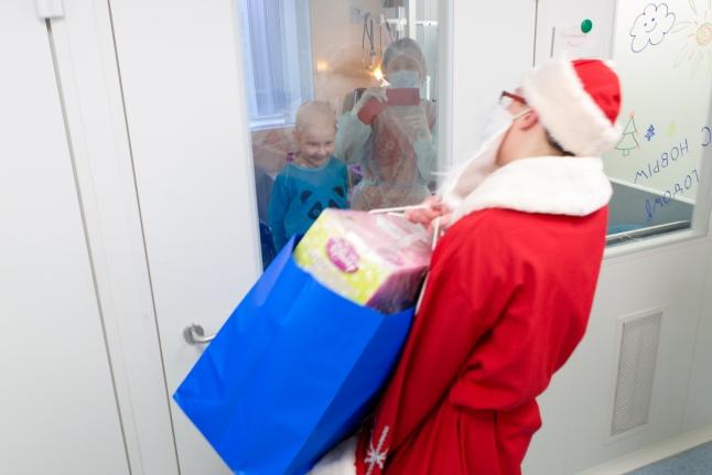 Дети ждут подарков на Новый год