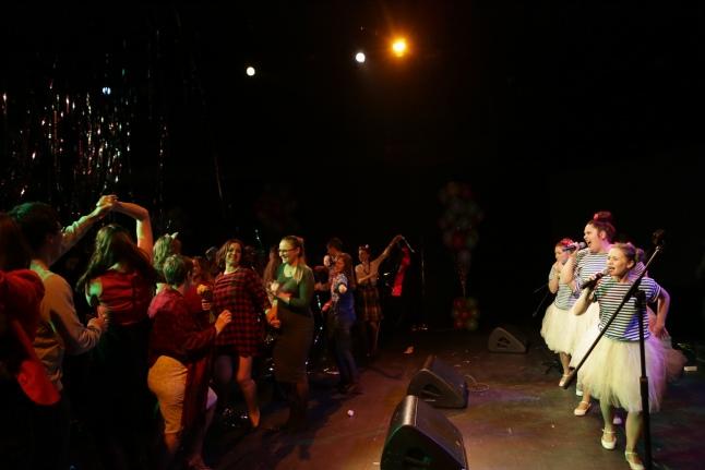 Танцы под группу «Мейделех»