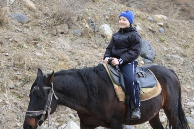 Даня катается на лошадках