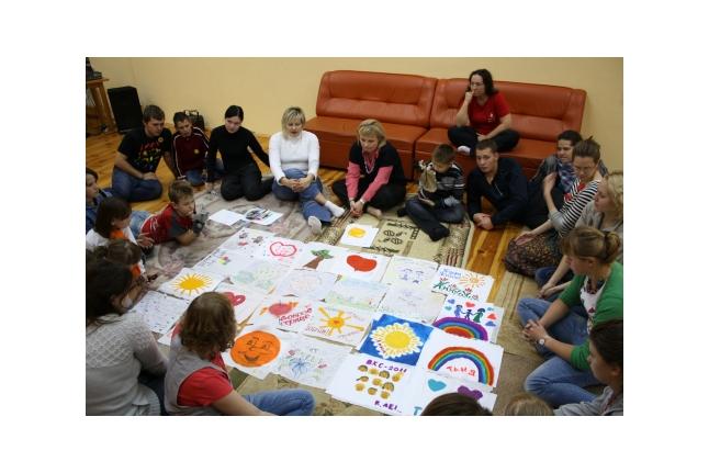"""Дети делают флаг смены, первая смена Центра """"ВКС"""", сентябрь 2011 года"""