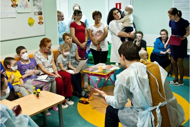 Данила Козловский рассказывает ребятам весёлые истории