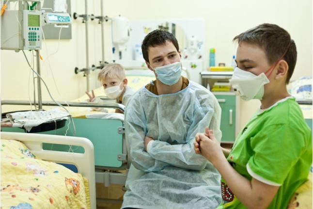 Данила Козловский зашёл лично к детям, которым нельзя было выйти на встречу
