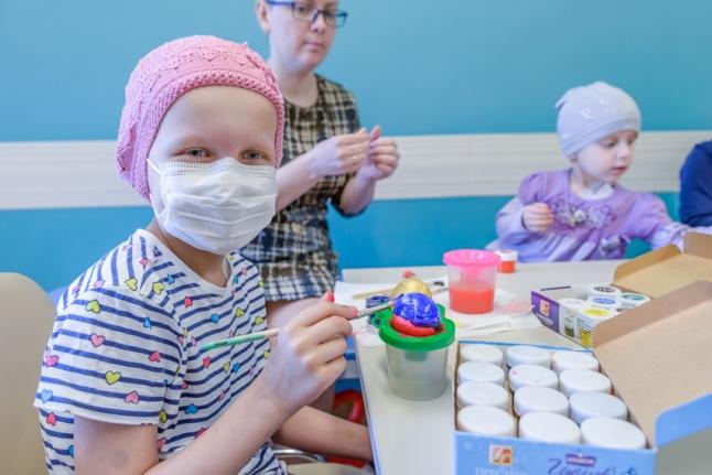 Процесс раскрашивания пасхальных яиц в разгаре (Морозовская больница)