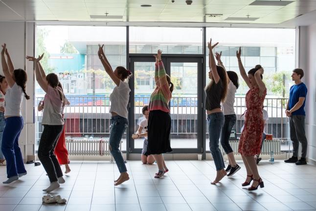 Волонтеры репетируют танец