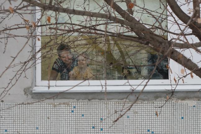 Зрители шоу артистов уличного театра