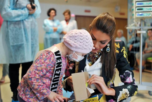 Капитолина Пирлик с Мисс Венесуэла открывают куклу