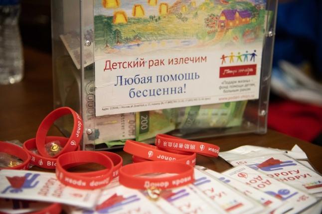 Вместе с донорской акцией шел сбор средств для подопечной фонда