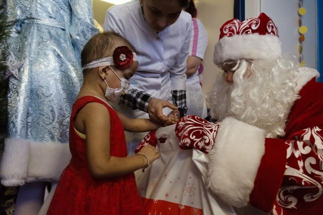А вдруг дети в больницах останутся без подарков?