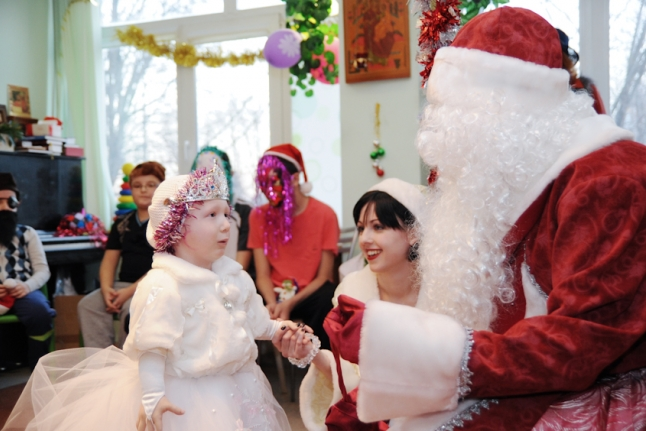 Полина Крылова читает стихи на празднике в Центре рентгенорадиологии
