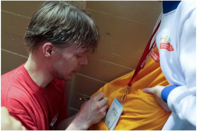 Вратарь звезд — Никита Ефремов дает автографы