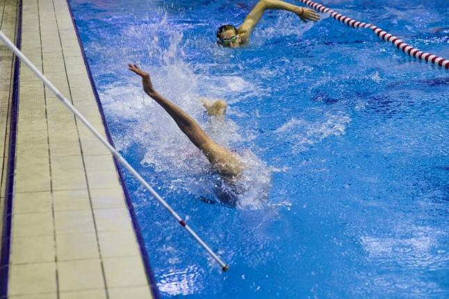 Федор Лысиков, слабовидящий участник заплыва, на дистанции с сопровождением