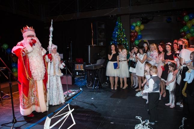 Волонтёров поздравляют Дед Мороз и Снегурочка