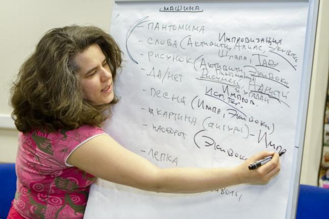 Алена Голяновкая, сотрудник реабилитационного проекта фонда на тренинге волонтеров