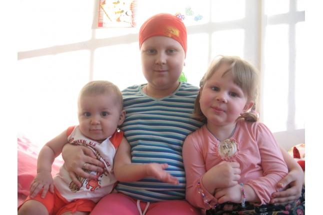 Аня Болюбаш (в центре) с сестрой и подружкой в больнице