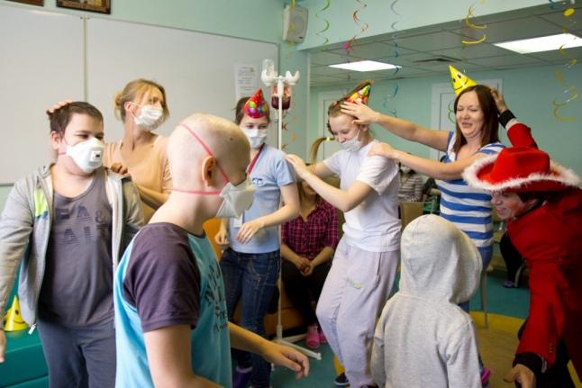 Волонтеры на празднике с детьми в больнице