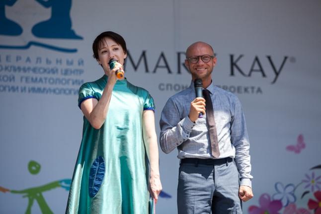 Ведущие концерта Чулпан Хаматова и Митя Хрусталёв