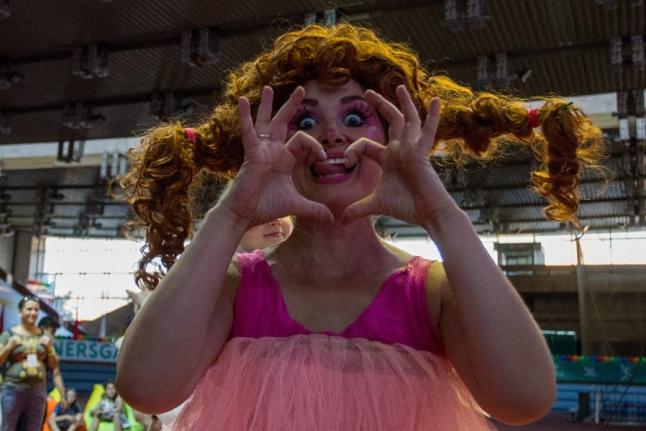 Клоуны создавали праздничное настроение