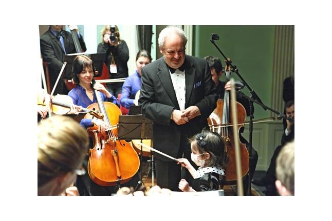 Соня Пятница дирижирует оркестром
