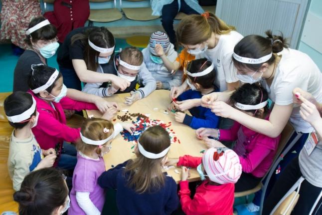 Волонтеры на занятиях с детьми в больнице