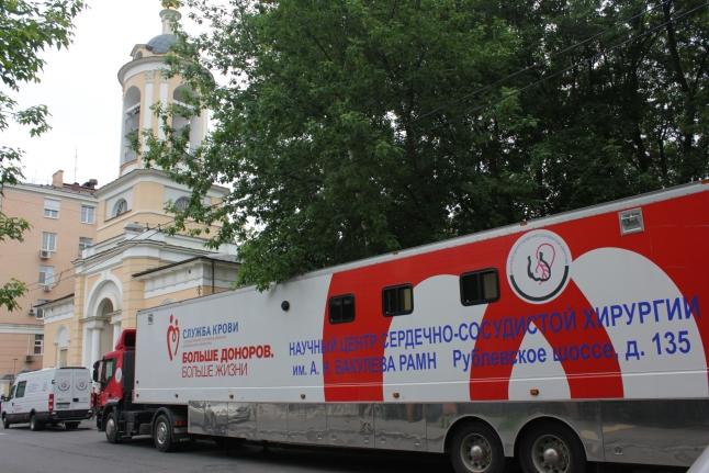 Донорский автобус у храма