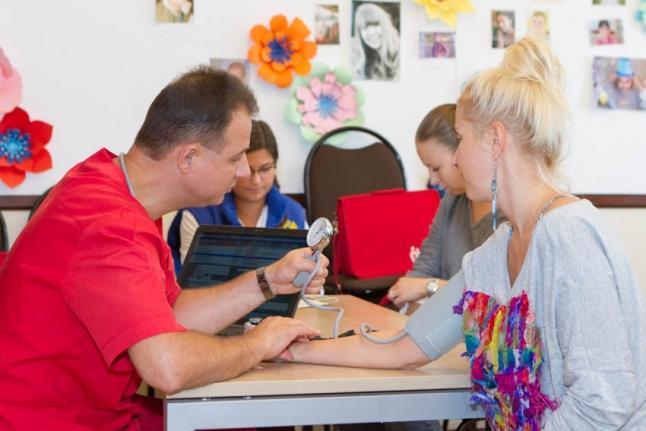 Терапевт выездной бригады Центра крови принимает очередного донора
