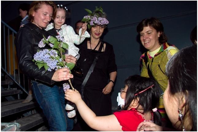"""Лера Ли получает цветы от Дианы Арбениной, концерт """"Спасибо!"""", 1 июня 2011 года"""