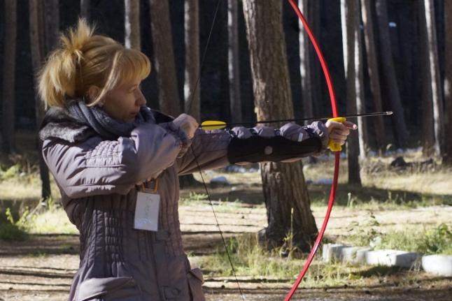 Мама Елена стреляет из лука