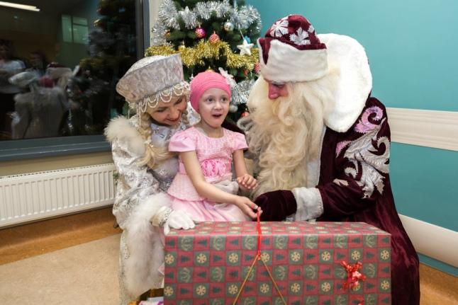 Полина в восхищении от подарка (Морозовская больница)
