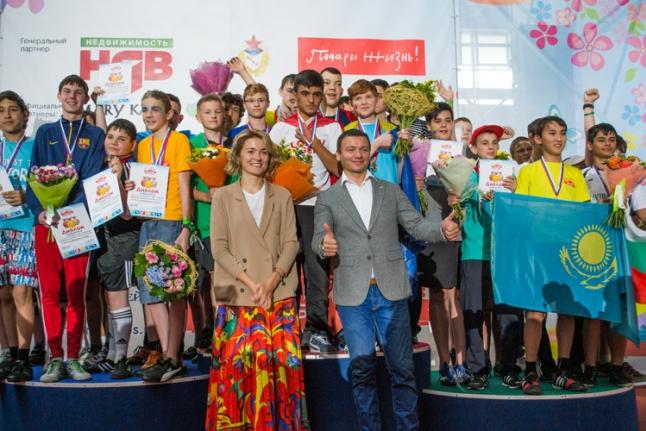 Надежда Михалкова и Александр Олешко поздравляют победителей