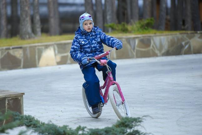 Никита катается на велосипеде